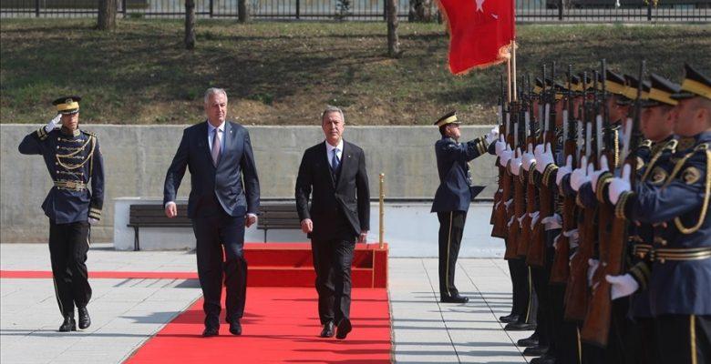 Bakan Akar, Kosova'da askeri törenle karşılandı